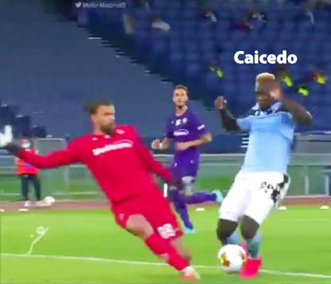 Immobile là người thực hiện thành công quả penalty cho Lazio sau khi Caicedo (phải) ngã trong vòng cấm