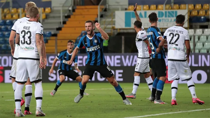 De Vrij ghi bàn gỡ hòa cho Inter