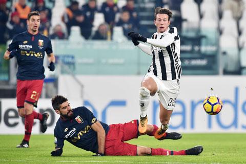 Dù có lợi thế sân nhà, Genoa (trái) vẫn khó cản được Juve đang băng băng về đích