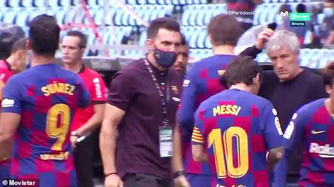 Messi phớt lờ những chỉ dẫn của trợ lý Sarabia trước sự chứng kiến của HLV Setien (bìa phải) trong trận gặp Celta Vigo vừa qua