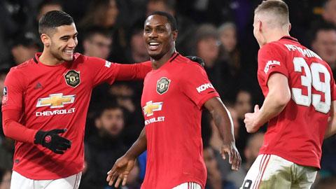Ighalo (giữa) ăn mừng cùng các cầu thủ M.U