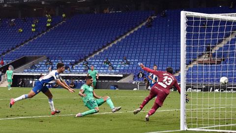 Casemiro ghi bàn duy nhất trong trận thắng Espanyol, giúp Real lên ngôi đầu bảng