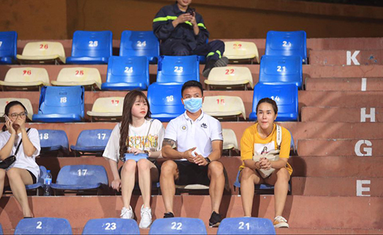 Quang Hải và bạn gái trên sân Hàng Đẫy. Ảnh: Đức Cường