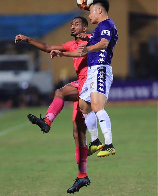 Hà Nội FC (áo xanh) đã ra sân với đội hình chắp vá. Ảnh: Đức Cường