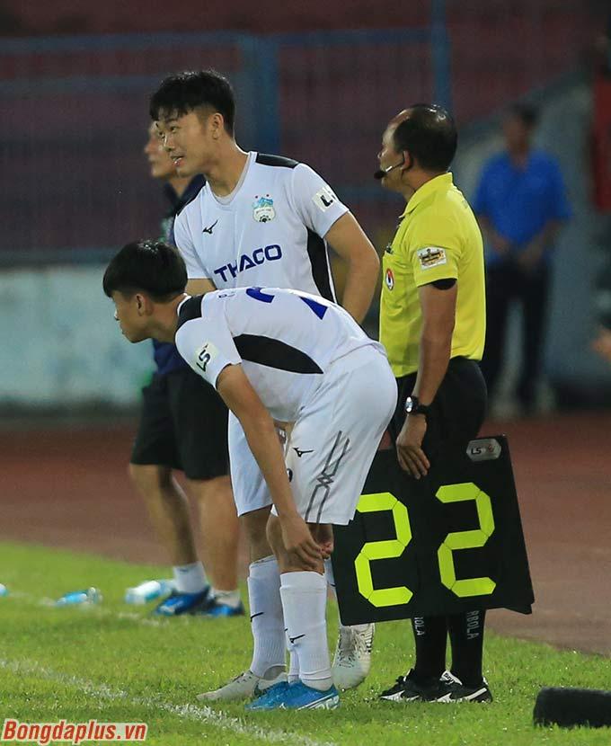 Xuân Trường cùng Thanh Hậu được HLV Lee Tae Hoon cho vào sân ở phút bù giờ trận đấu
