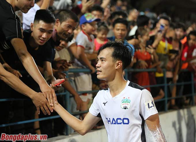 Ở thời điểm đó, đội trưởng Văn Toàn cảm ơn người hâm mộ Hải Phòng đã đến cổ vũ cho hai đội
