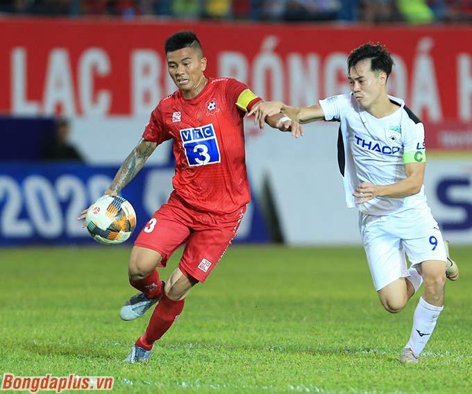 Phút 72 của trận đấu, Văn Toàn có pha tranh chấp trong vòng cấm Hải Phòng với Mạnh Hùng