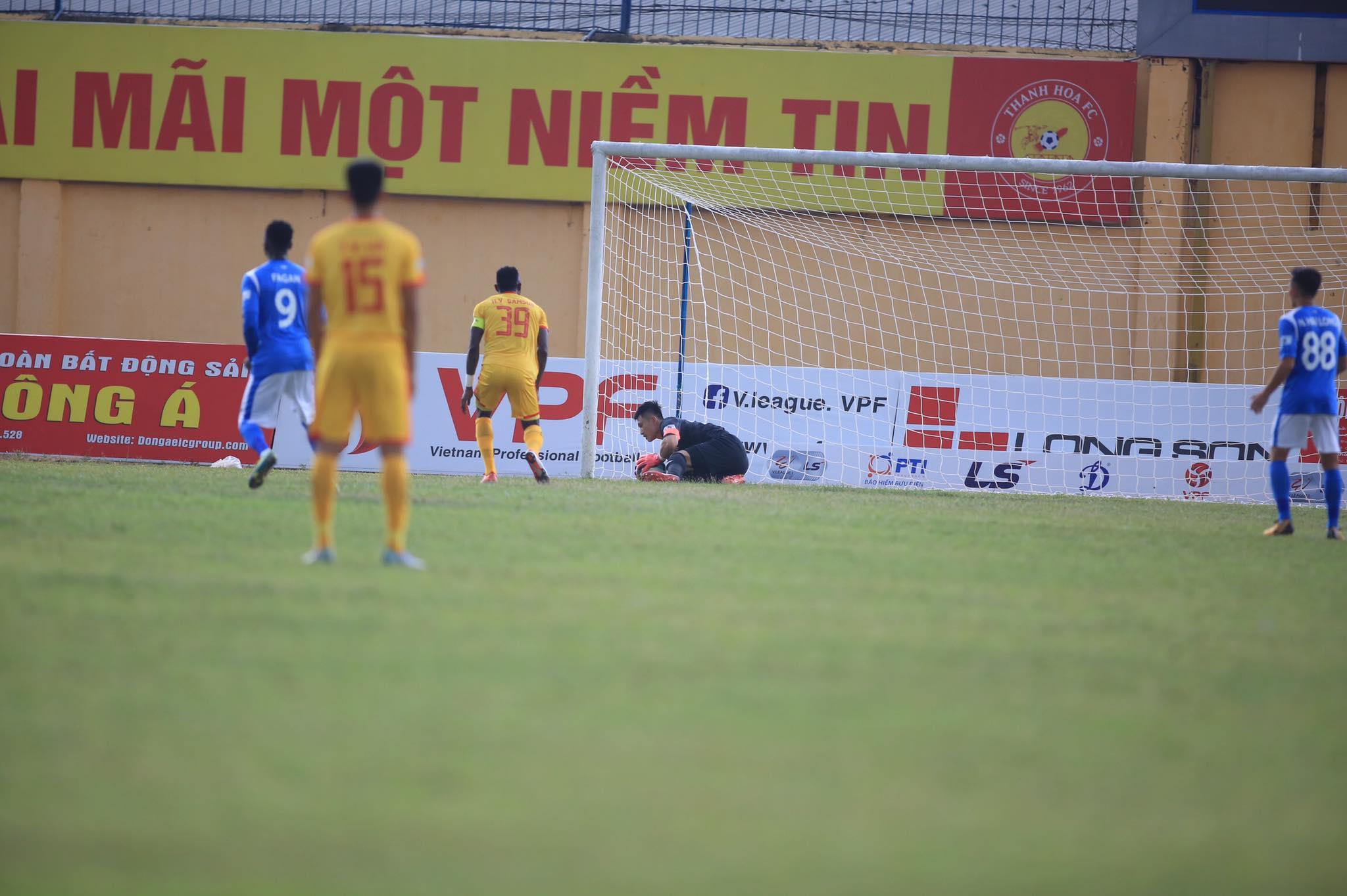 Samson thực hiện không thành công quả penalty ngay đầu trận - Ảnh: Minh Tuấn