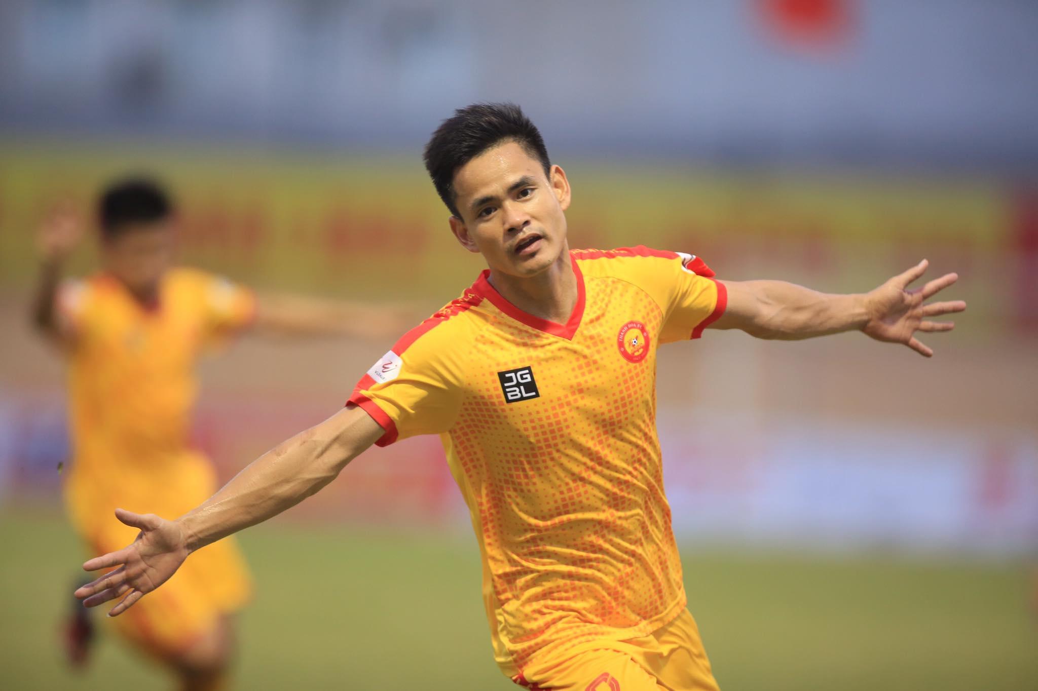 Niềm vui của Đình Tùng sau bàn mở tỷ số trận đấu - Ảnh: Minh Tuấn