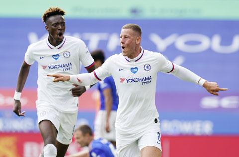 Barkley (phải) ăn mừng bàn thắng cho Chelsea tại tứ kết Cúp FA mới đây