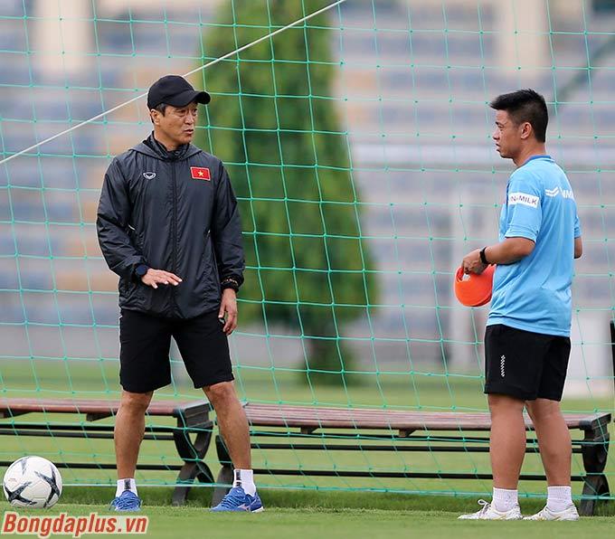 Trong ngày tập đầu tiên của U22 Việt Nam, nhiệm vụ huấn luyện cầu thủ được HLV Park Hang Seo giao lại cho 2 trợ lý. Đó là Lee Young Jin (đen) và Kim Han Yoon