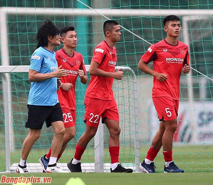 Ba cầu thủ là Hai Long (Than.QN), Việt Cường (B.Bình Dương) và Trọng Hiếu (Hải Phòng) tập riêng vì đã thi đấu với CLB ở V.League cách đây 1-2 ngày