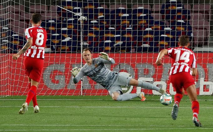 Saul 2 lần hạ Barca từ chấm 11 mét