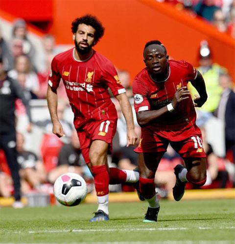 Sự khéo léo của Salah (trái) và tốc độ của Mane là nền tảng để The Kop sử dụng đòn phản công
