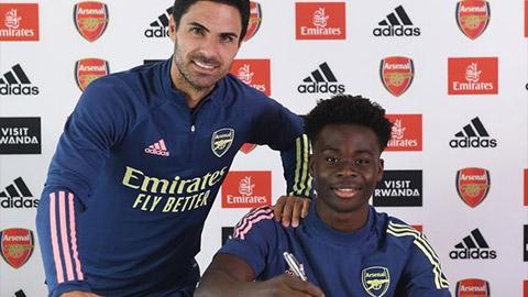 Saka gia hạn hợp đồng với Arsenal