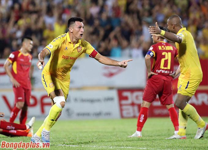 Một mình anh lập cú đúp trong chiến thắng 3-0 của DNH Nam Định trước SLNA
