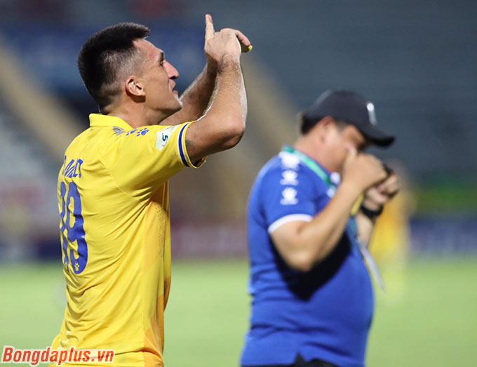 Anh đã ghi 139 bàn thắng tại V.League, kém chân sút số 1 lịch sử là Hoàng Vũ Samson tới... 52 bàn