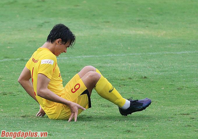 Tiêu Exal, cầu thủ mang trong mình 2 dòng máu Pháp và Việt Nam bị chuột rút do chưa có cơ hội thi đấu ở TP.HCM
