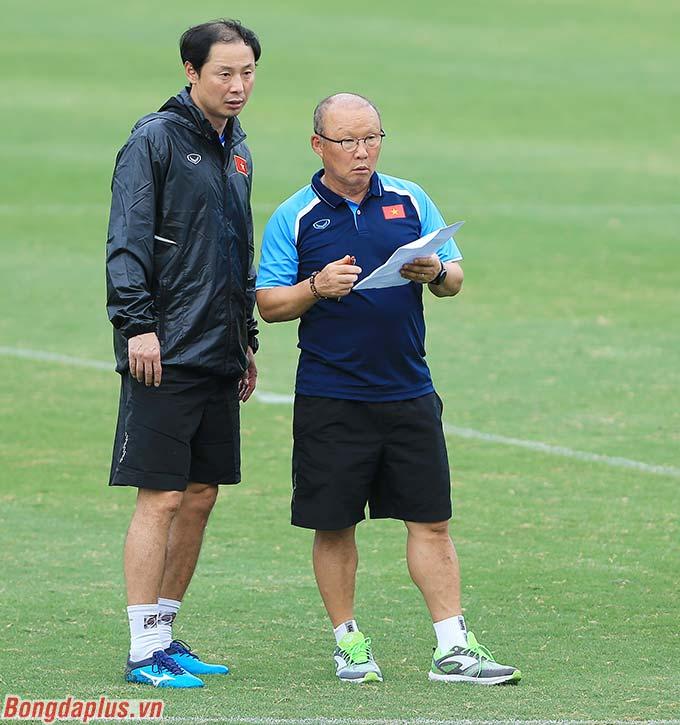 HLV Park Hang Seo cùng trợ lý Kim Han Yoon trao đổi về việc xây dựng lực lượng với 2 đội hình tương ứng là 4-2-3-1 và 3-4-3