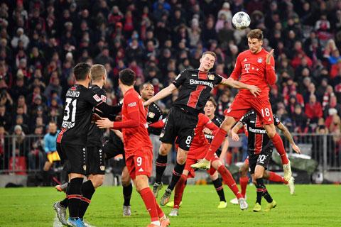 Bayern (trên) sẽ lại đoạt Cúp QG Đức, còn Leverkusen (áo sọc) tiếp tục... về nhì