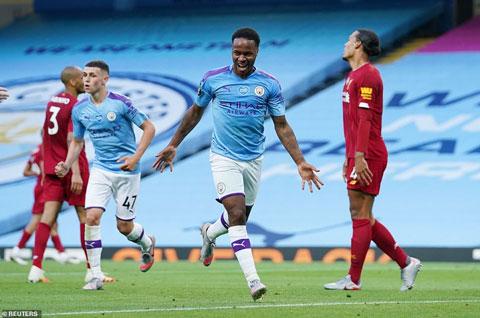 Sterling (giữa) ăn mừng bàn thắng nâng tỷ số lên 2-0 cho Man City trước Liverpool