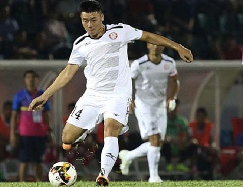 Văn Thuận là mẫu tiền vệ lên công về thủ đều chân và có thông tin cho rằng anh đã được TP.HCM gia hạn hợp đồng với số tiền 9 tỷ đồng