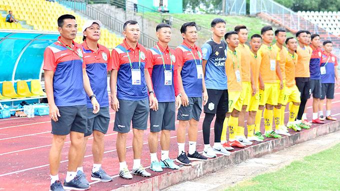 Trợ lý Nguyễn Liêm Thanh (thứ 2 từ trái sang) được chọn làm HLV trưởng chứ không phải ai khác. Ảnh:  Đồng Bằng