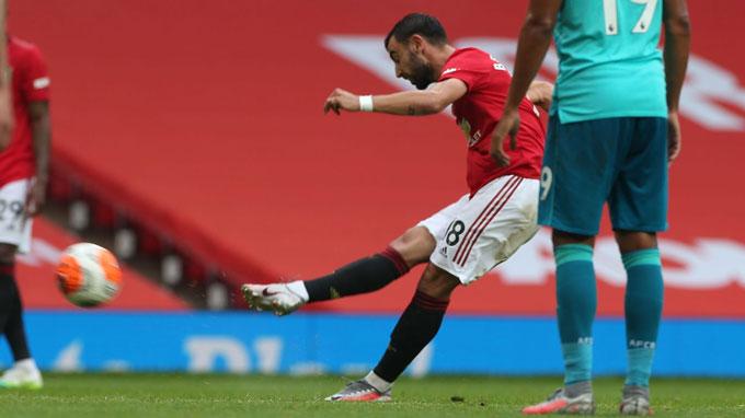 Fernandes tiếp tục tỏa sáng với bàn đá phạt thành bàn và 2 đường kiến tạo