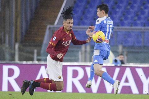 Roma (trái) nhiều khả năng sẽ vấp ngã trước Napoli