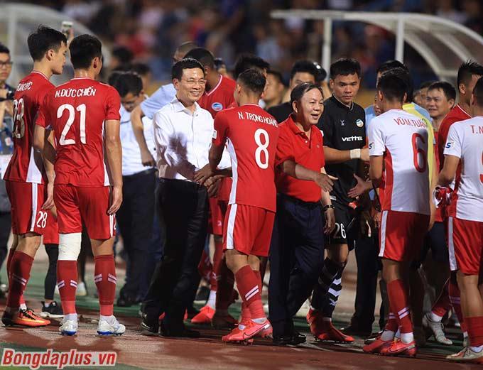 Bộ trưởng Bộ Thông tin và Truyền thông - Nguyễn Mạnh Hùng xuống bắt tay chúc mừng cầu thủ Viettel - đội vốn dĩ chưa thể thắng Hà Nội FC trước đó