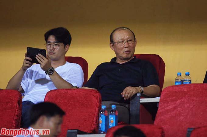 HLV Park Hang Seo cùng cộng sự không bỏ lỡ cơ hội này để theo dõi các cầu thủ của 2 bên
