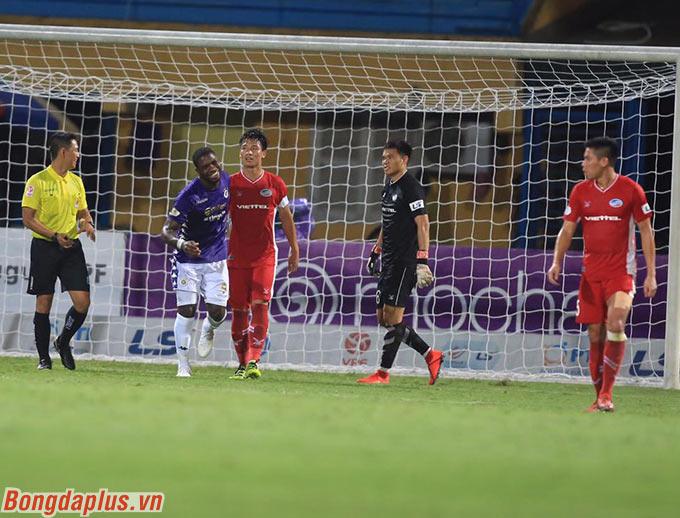 Rimario gỡ hòa cho Hà Nội FC vài phút sau đó khi thực hiện thành công quả đá phạt đền