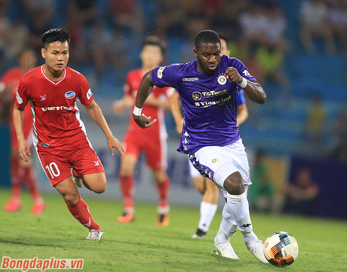 Tiền đạo liên tục ghi bàn cho Hà Nội FC trong thời gian qua không có nhiều đất diễn trước hàng thủ kiên cố của Viettel