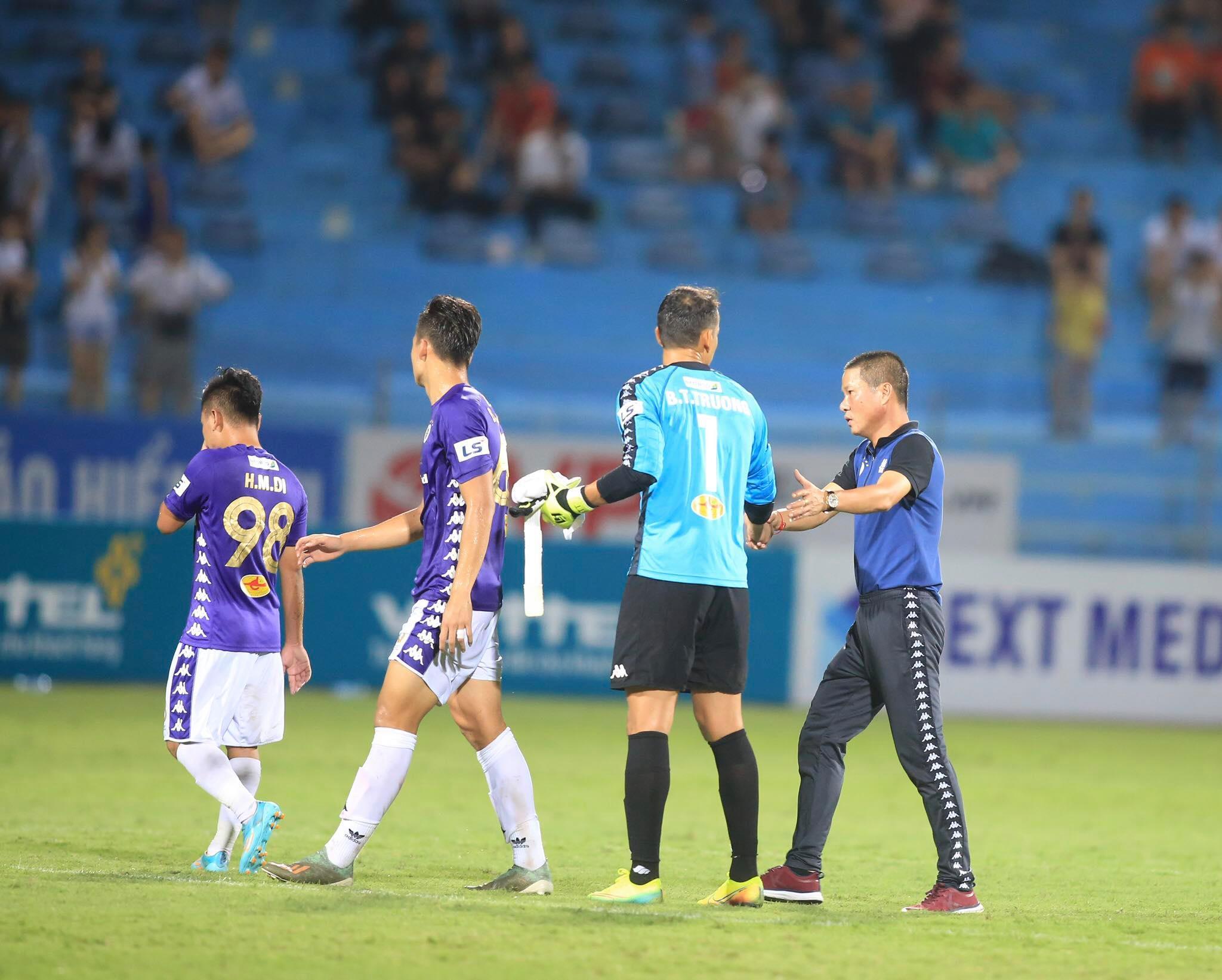 HLV Chu Đình Nghiêm hài lòng với 1 điểm có được trước Viettel - Ảnh: Minh Tuấn