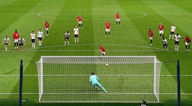 Fernandes sút tung lưới Tottenham trên chấm 11m