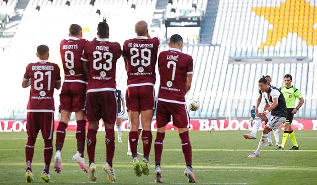 Ronaldo sút phạt đẳng cấp tung lưới Torino