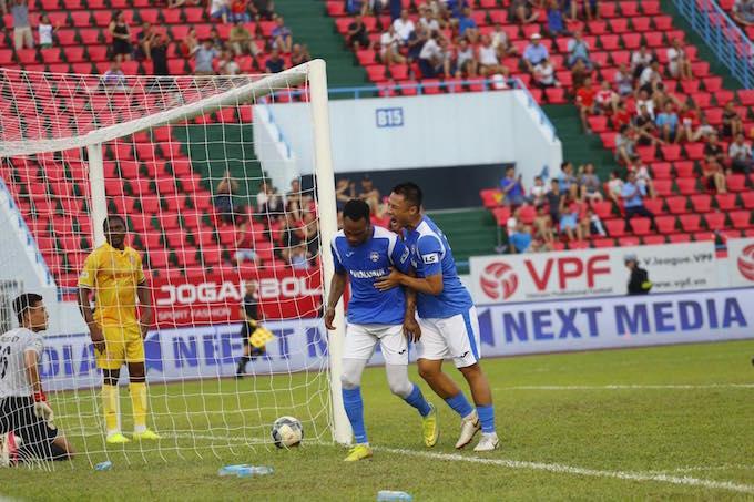 Niềm vui của cầu thủ Than Quảng Ninh khi giành chiến thắng chung cuộc - Ảnh: Tiến Thành