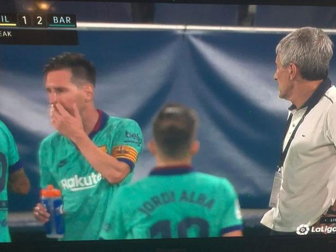 Messi chỉ đạo các đồng đội, HLV Setien trông giống bị cô lập