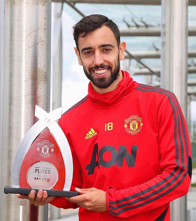 Fernandes cũng có lần thứ 3 liên tiếp giành giải cầu thủ M.U hay nhất tháng