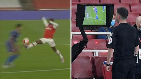 Không thể qua mắt VAR, tiền đạo Arsenal chưa kịp chạm bóng đã nhận thẻ đỏ