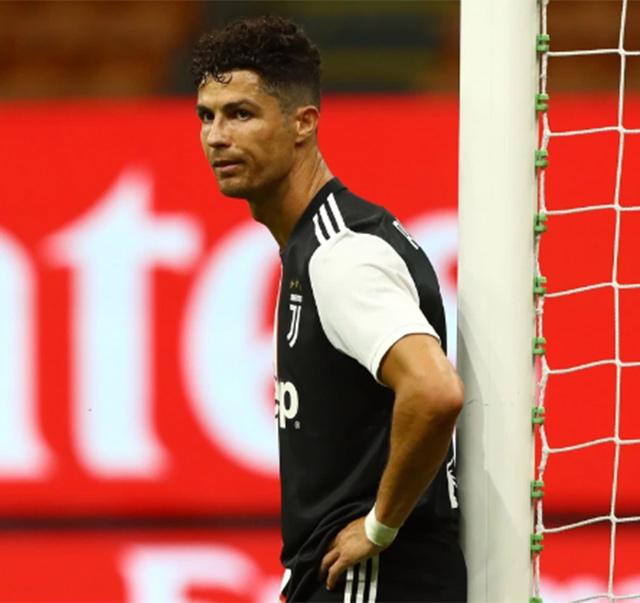 Ronaldo để tóc mới trong trận Juventus thua Milan