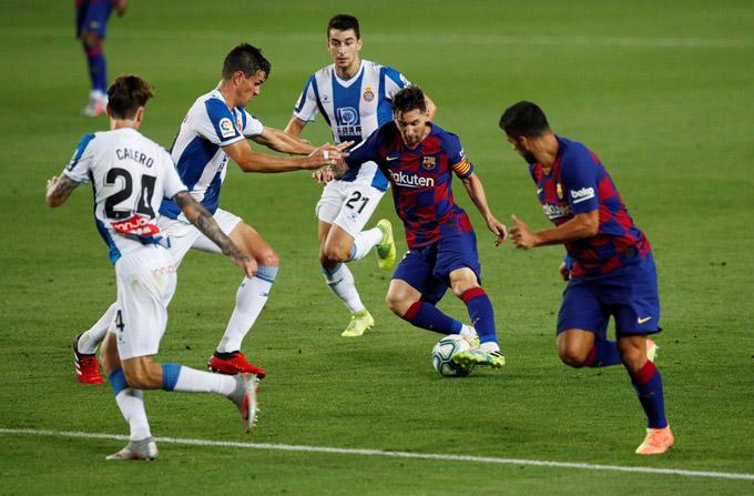 Messi tả xung hữu đột giữa vòng vây các cầu thủ Espanyol