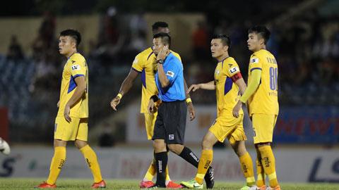 Các cầu thủ SLNA phản ứng với quyết định của trọng tài ở trận gặp Quảng Nam FC vừa qua  Ảnh: SÔNG HÀN