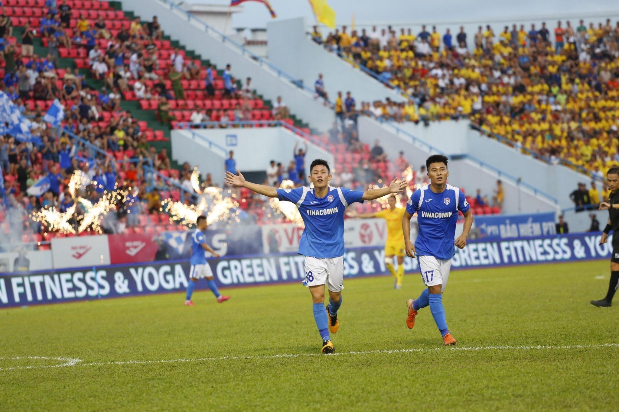 Nguyễn Hai Long (trái) đang nhận được nhiều sự quan tâm của HLV Park Hang Seo