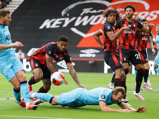 Trong khi Harry Kane bị phạm lỗi từ phía sau rõ ràng lại không được hưởng penalty