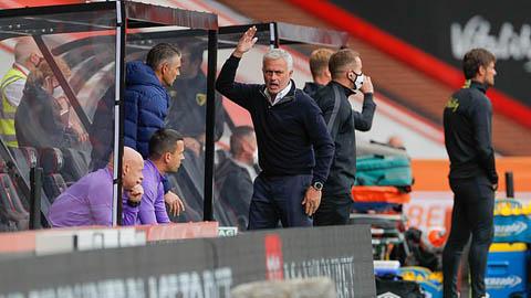 Mourinho trả lời cụt ngủn, sớm rời họp báo vì bức xúc với quyết định của trọng tài