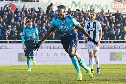 Đang thăng hoa với 12 trận thắng liên tiếp, Atalanta (áo sẫm) có thể đánh bại Juve ngay trên sân đối phương