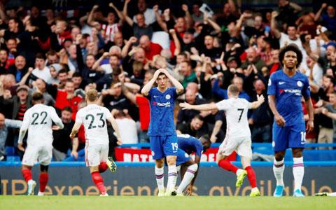 Những lỗ hổng nơi hàng phòng ngự có thể khiến Chelsea (áo sẫm) vấp ngã trên sân của Sheffield Utd