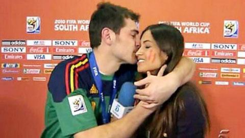 Nụ hôn kinh điển ở vòng chung kết World Cup 2010 của Casillas và Carbonero