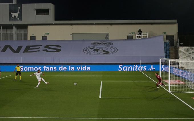 Benzema ghi bàn mở tỷ số trên chấm 11m